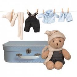 Morris avec ses habits dans une valisette